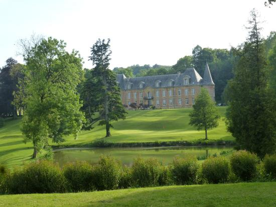 Abbaye Sept Fontaines : View of the chateau as you enter the property