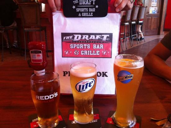 The Draft Sports Bar & Grille: Drink special included souvenir glasses��