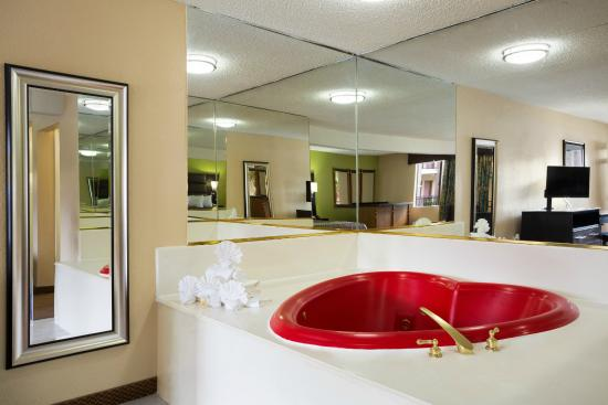 Days Inn Dallas Irving Market Center: Heart Shaped jetted tub