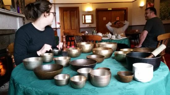 Richmond Hotel: Singing Bowls practise