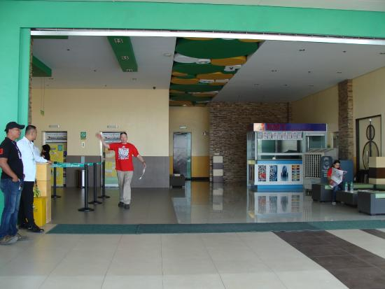 Go Hotels Tacloban: The lobby is wide open to the street.