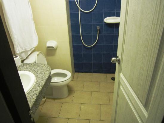 Rambuttri Village Inn & Plaza: WC com sistema elétrico no chuveiro para aquecer a água dos duches
