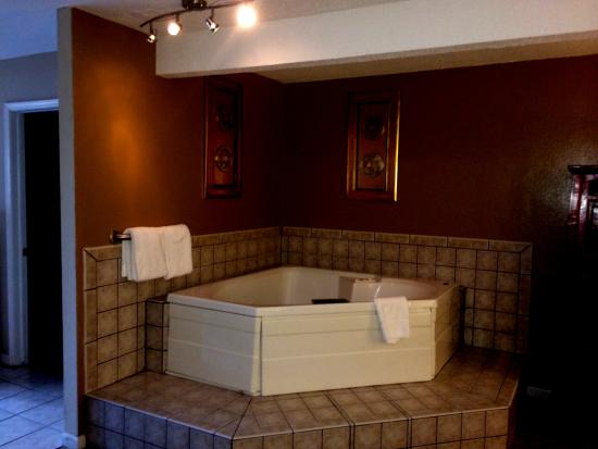 Brydan Suites: King Jacuzzi Suite - Jetted tub for two