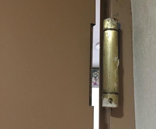 Red Carpet Inn: loquet de la porte grande espace faut remonter la porte a chaque fois pour la refermer