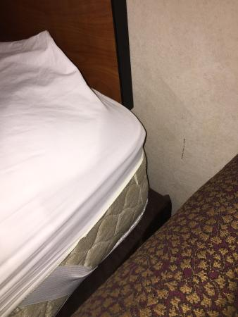 Four Points by Sheraton Salt Lake City Airport: Sheets aren't the right size for the bed
