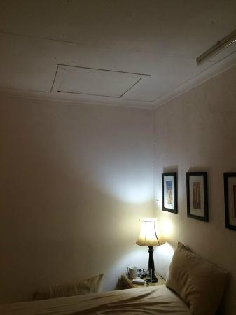 Welcome Inn Guest House: ceiling condition