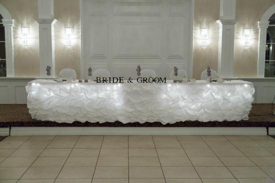 Best Western Plus Mariposa Inn & Conference Centre: simple and elegant head table