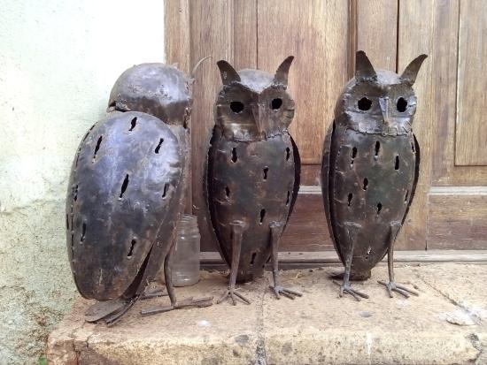Wildebeest Eco Camp: Metal owl statues.