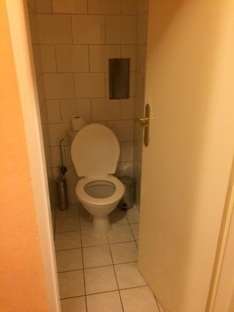 Hotel Union Prague: Questo si può definire un bagno? Staccato per di più dagli altri