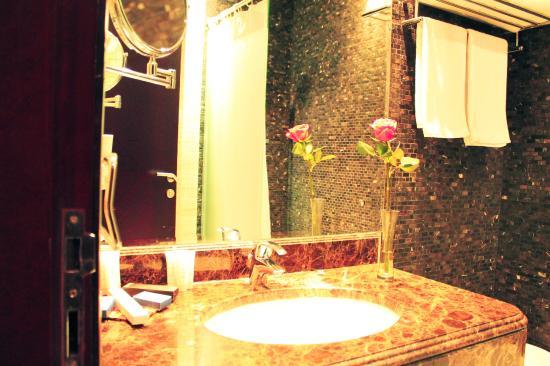 Marmara Hotel Apartments: Suite Bathroom