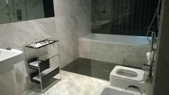 Hotel Inffinit Vigo: Baño Suite 701