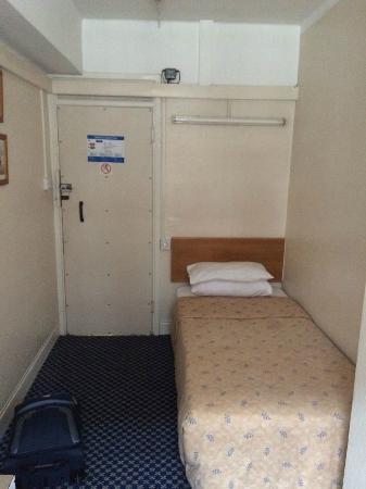 The County Hotel: cozy single room
