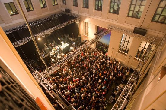 Foto de la casa encendida madrid patio concierto for Restaurante la casa encendida madrid
