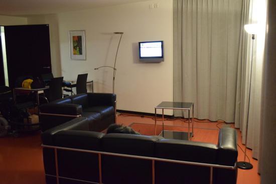 GZI Seminar and Conference Hotel: Angolo salottino&tv con alcuni canali italiani