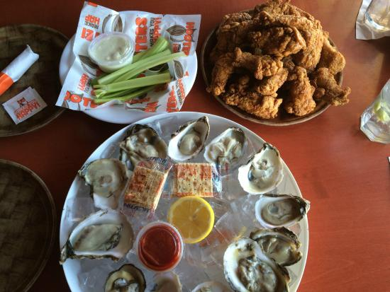 Hooters : Wings and Oysters