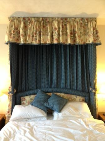The White Horse Hotel, Dorking: BEDROOM AT WHITE HORSE