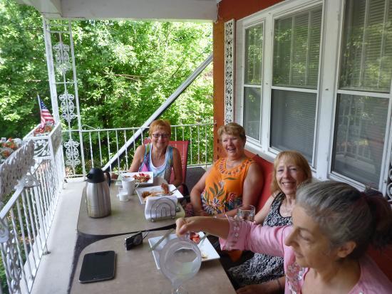 Richmond Place Inn: Breakfast on the porch