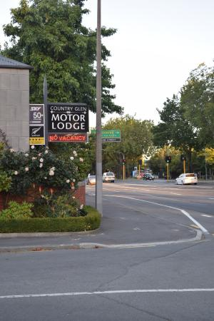 Country Glen Lodge: 29路公車經過時的景象