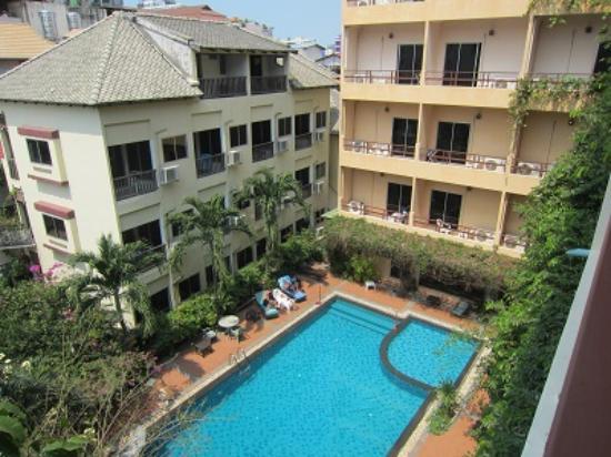 Opey de Place Hotel: 4階からの中庭・プール景色