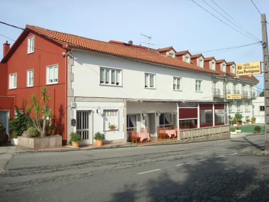 Hotel Restaurante Casa Portuguesa: Frente del Hotel que queda ubicado a dos cuadras de la Rutaa
