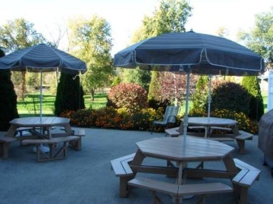 Coshocton Village Inn & Suites: Patio