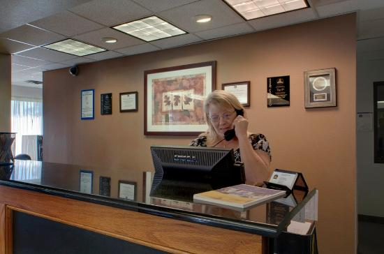 BEST WESTERN North East Inn: Reception Desk