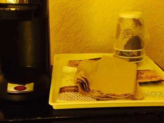 Quality Inn Busch Gardens: No coffee pot. Napkins leftover from previous people?