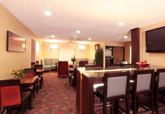 Sonesta ES Suites Omaha: Dining Area