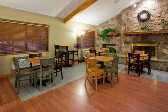 AmericInn Hotel & Suites Rice Lake: Americ Inn Rice Lake Breakfast Seating
