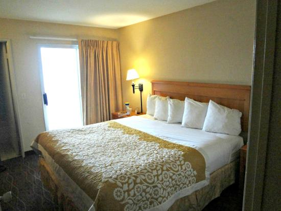 Days Inn and Suites San Diego Near Sea World: King Suite- Bedroom