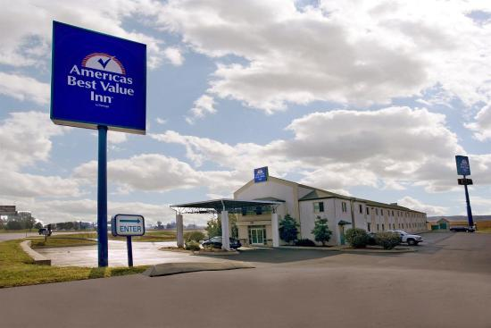 Americas Best Value Inn-Clarksville: Exterior With Sign