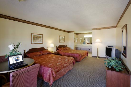 Americas Best Value Astoria Inn and Suites : Two Queen Beds