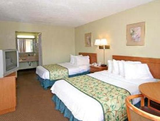 Super 8 Asheville Airport: Standard Two Double Bed Room