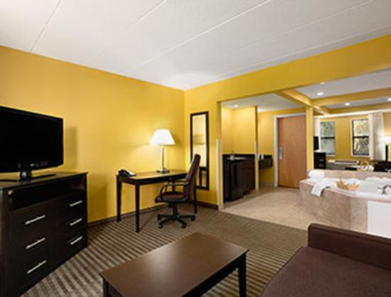 Days Inn Middleboro-Plymouth : Jacuzzi Suite