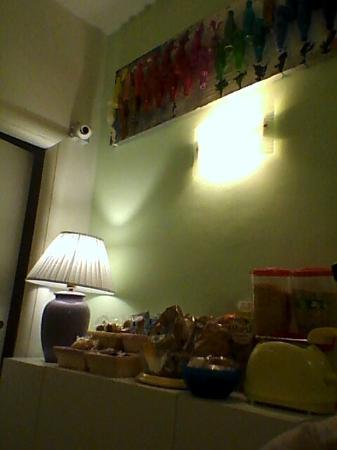 Eur Nuvola: Colazione? Nn di certo da hotel. Bagno della camera blu? Devi passare davanti a un altra camera.
