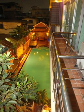 Lamphu Tree House: Vue de la chambre sur la piscine