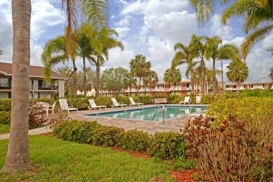 Americas Best Value Inn & Suites: Outdoor Pool