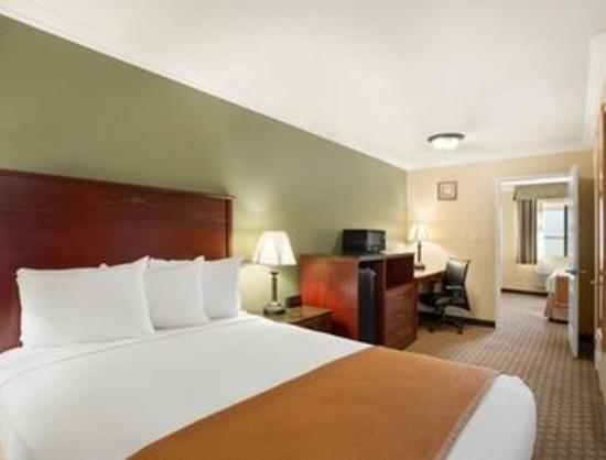 Howard Johnson Inn & Suites Reseda: Family Suite
