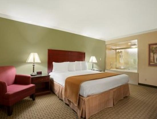 Howard Johnson Inn & Suites Reseda: King Bed Jacuzzi Suite