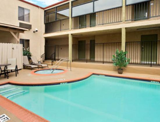 Howard Johnson Inn & Suites Reseda: Outdoor Pool