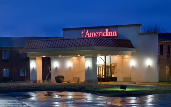 AmericInn Hotel & Suites Johnston: Americ Inn Johnston Exterior Night