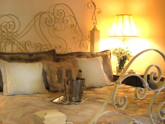 Adobe Village Inn: Bed