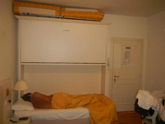 Hotel ai Tolentini: Terceira e quarta cama do quarto...