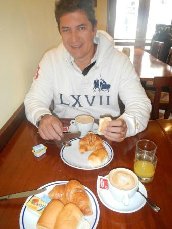 Hotel ai Tolentini: Café da manhã fora do hotel num restaurante...