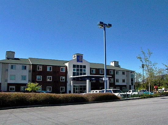 Motel 6 Newport: Exterior