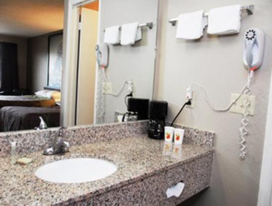 Super 8 Chattanooga Ooltewah: Bathroom