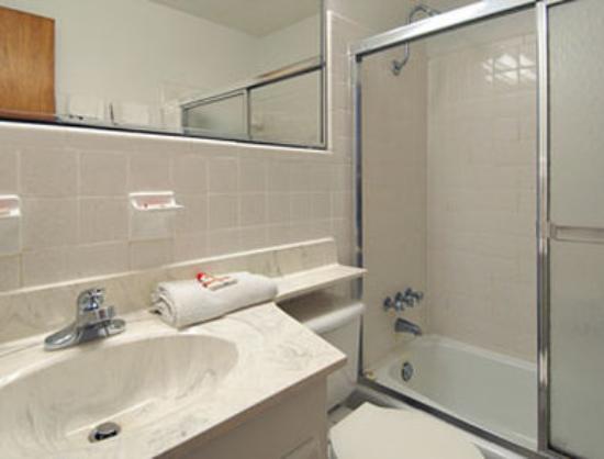 Super 8 Myrtle Beach/Ocean Blvd. : Bathroom