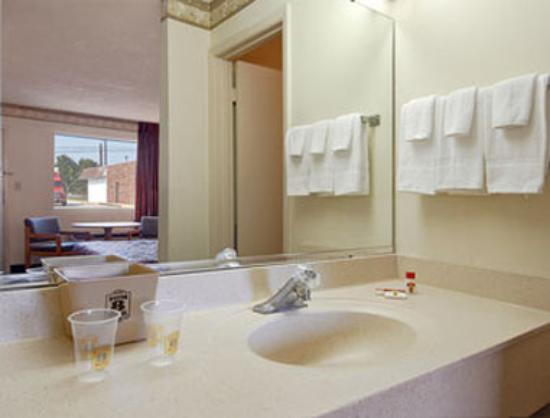 Super 8 Charlotte / Northlake: Bathroom