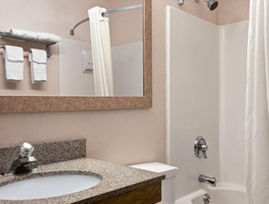 Super 8 Lee/Berkshires/Outlet Area: Bathroom
