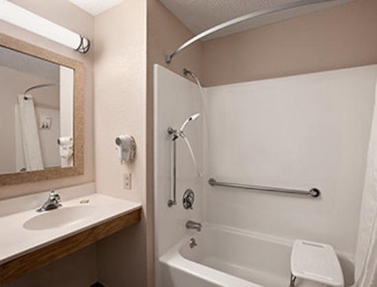 Super 8 Lee/Berkshires/Outlet Area: Accessible Bathroom